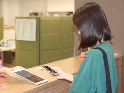 スマーフォンでQR コードを読み取るこ とで、「証明書発行 手数料」「資格試験 受験料」「実習料」 などを納付できる環 境を整備