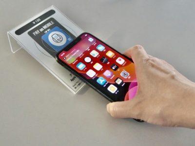 スマートフォンでNFCタグを読み取るイメージ