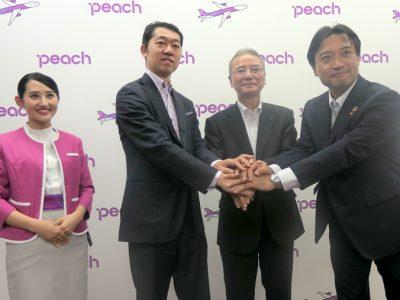 左から2人目がPeach Aviation 執行役員 轟木一博氏、