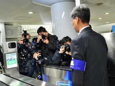 改札機に備え付けたカメラで利用者の顔を撮影し、事前に登録した顔写真と照合・認証する(大阪メトロドーム前千代崎駅で)